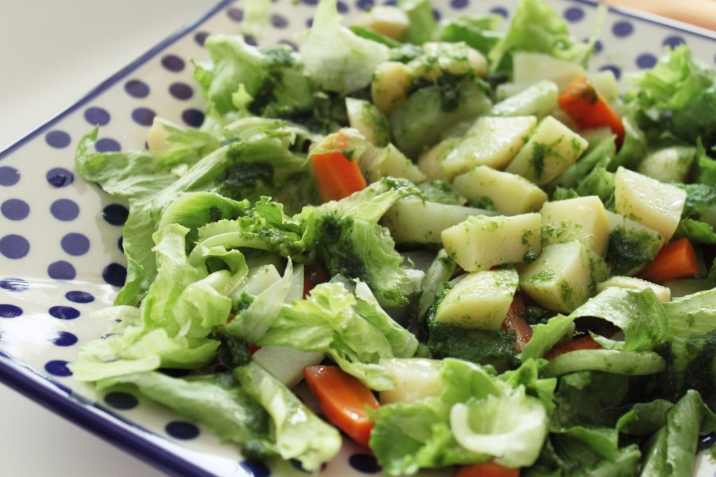 ZdrowoMania odc. 20 – sałatka z młodych warzyw z orientalnym sosem