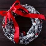 Zrób to sam – świąteczny wieniec z szyszek