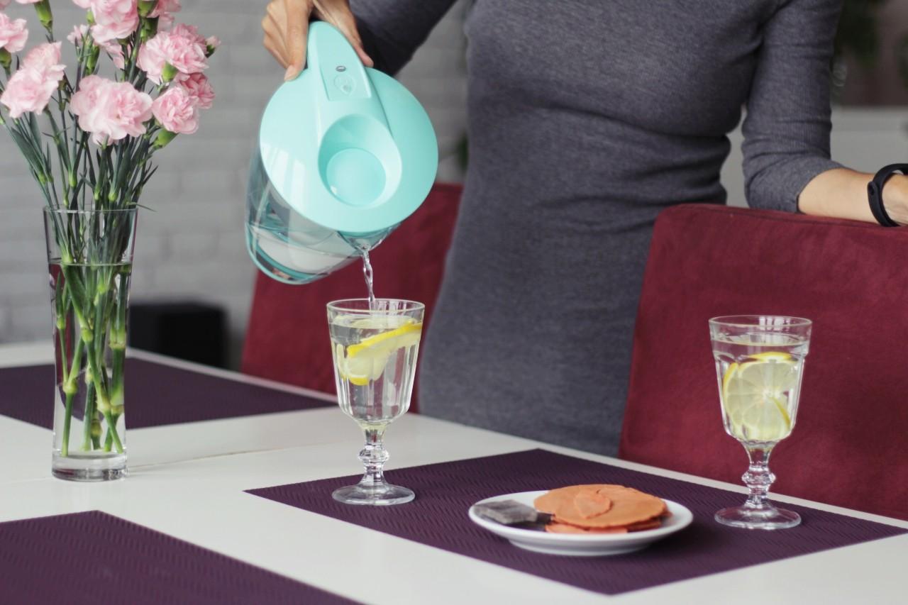filtrowanie wody w domu dzbanek filtrujacy