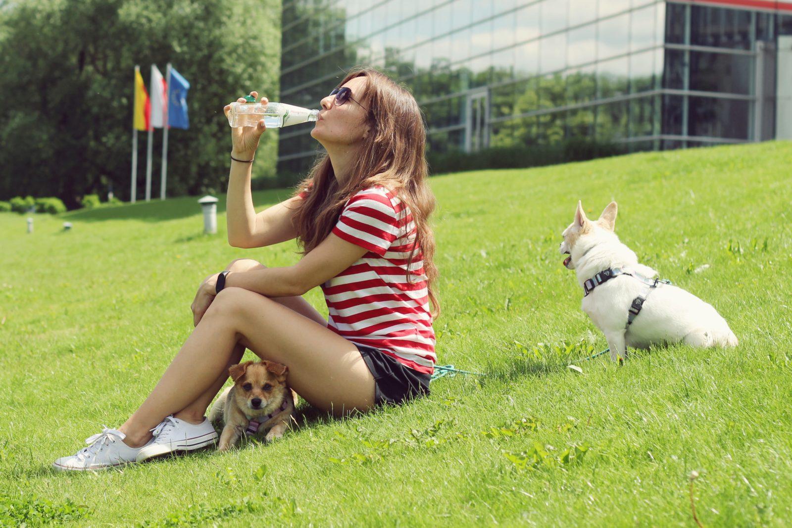 Jak pić więcej wody? Jak prawidłowo pić wodę?